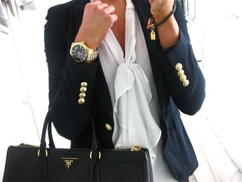 saco azul vidrio con ganchos dorados, con blusa corbata blanca