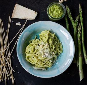 Warmes Spargelpesto zu Pasta | schmecktwohl.