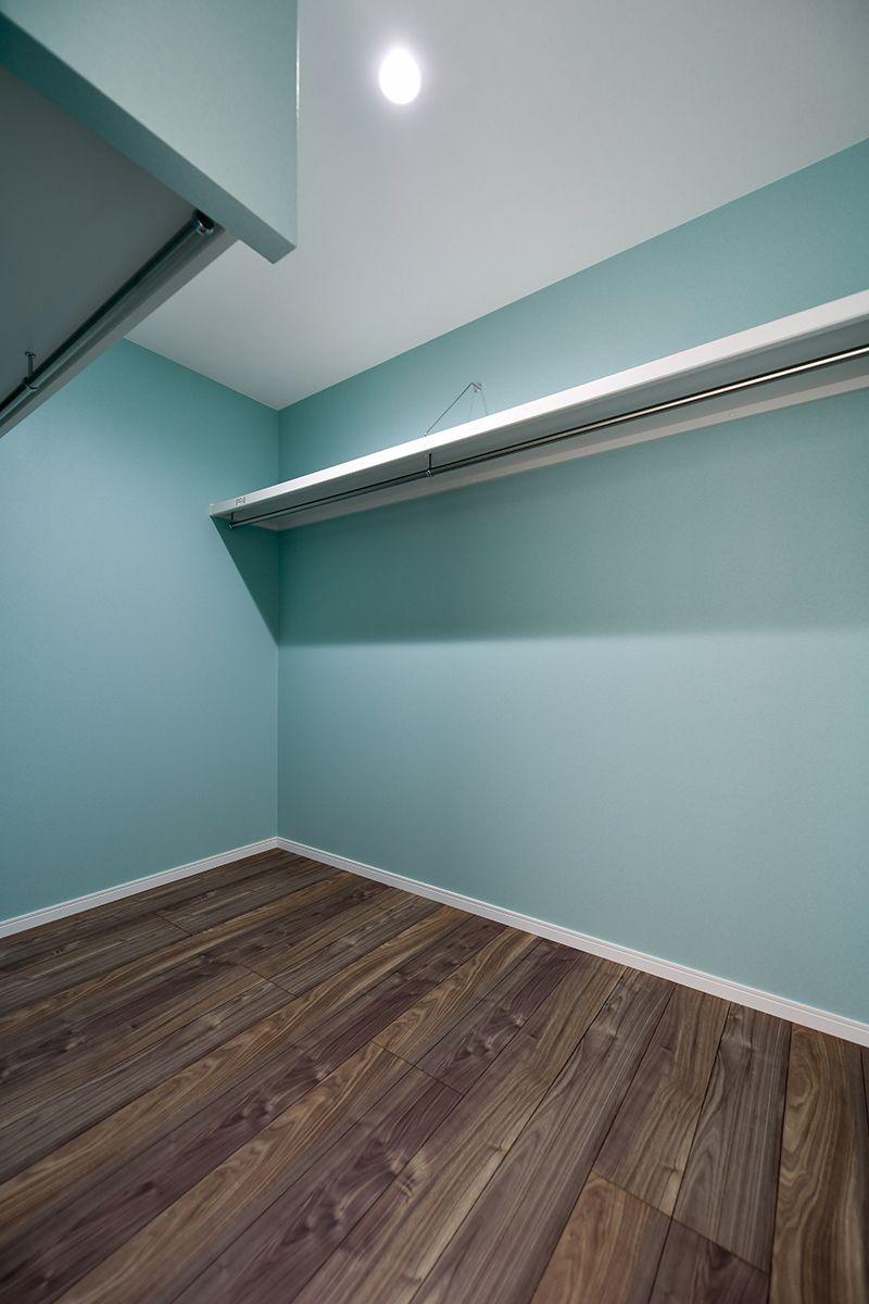 ティファニーブルーを彷彿とさせる爽やかなブルーの壁紙が魅力の