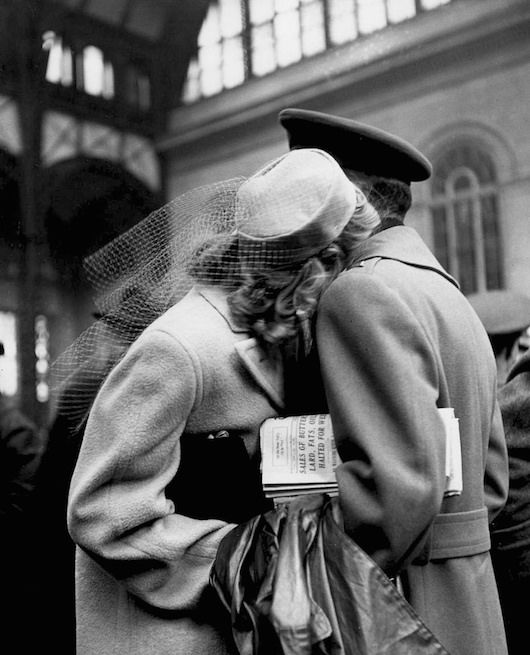 Photographs by alfred eisenstaedt for life magazine in 1943 at the pennsylvania railway station in new kissesvintage photographyblack white