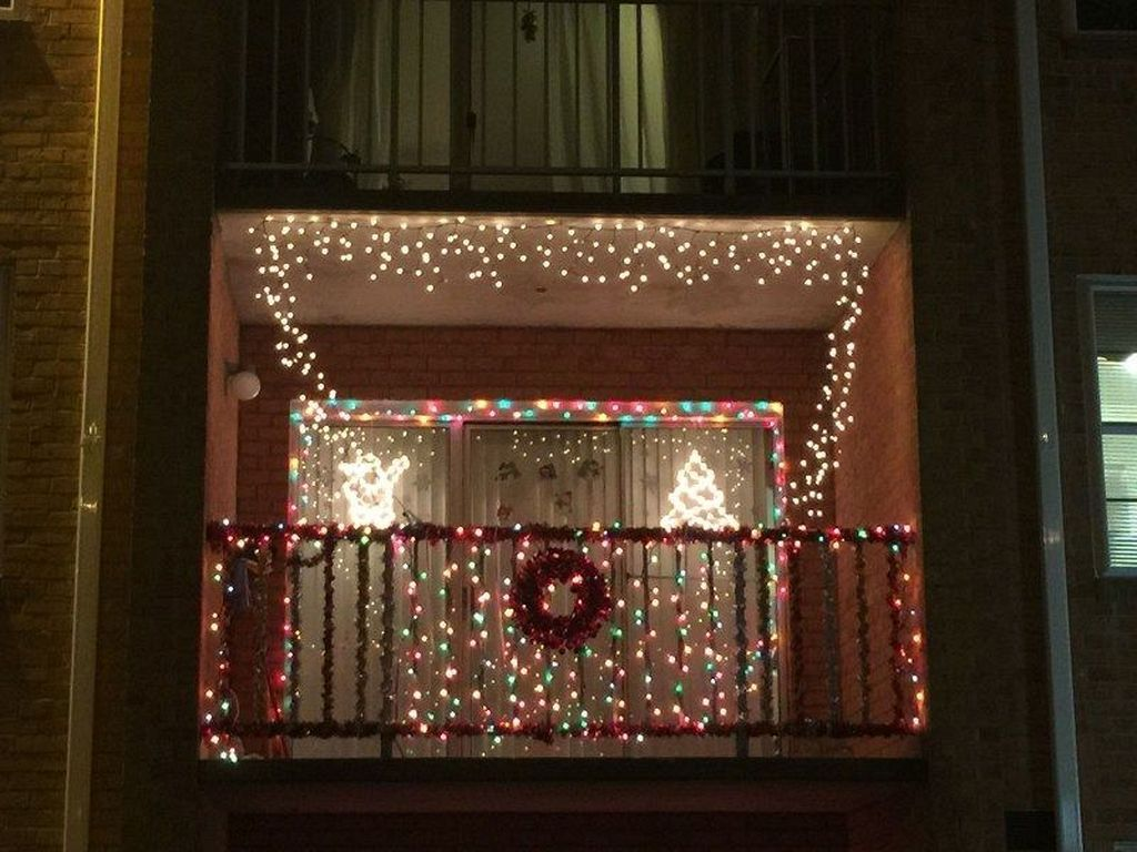 30 cool and cozy balcony decorations for christmas apartment balconies diy apartment decor on christmas balcony decorations apartment patio id=32509