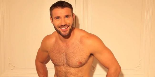 Muscular Gay Shows Off On Webcam