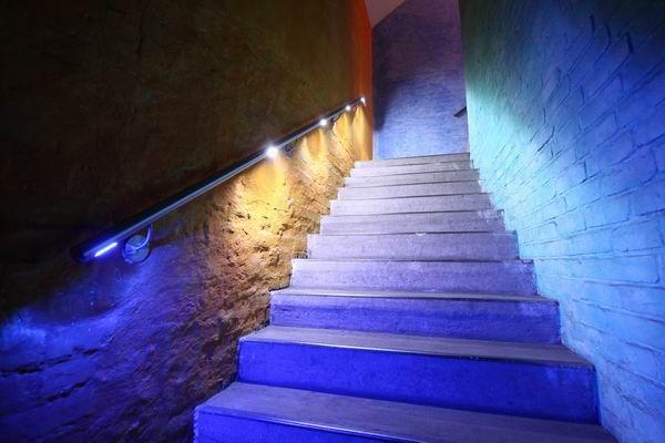 LED Handlauf aus Edelstahl mit weißem und blauem Licht | Blaues ...