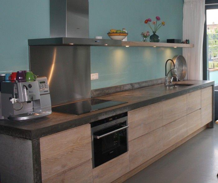 Greeploze houten keuken met ter plaatse gestort betonnen blad ...