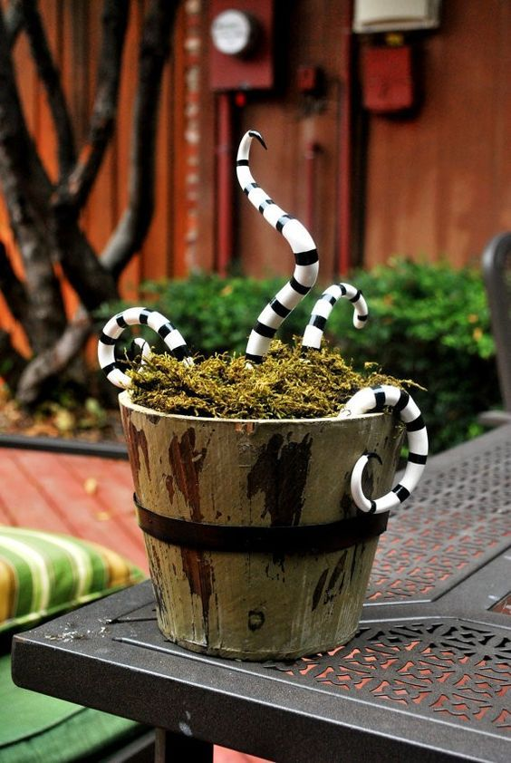 16 DIY Ways to Scare Trick-or-Treaters on October 31st Pinterest - vintage halloween decorating ideas