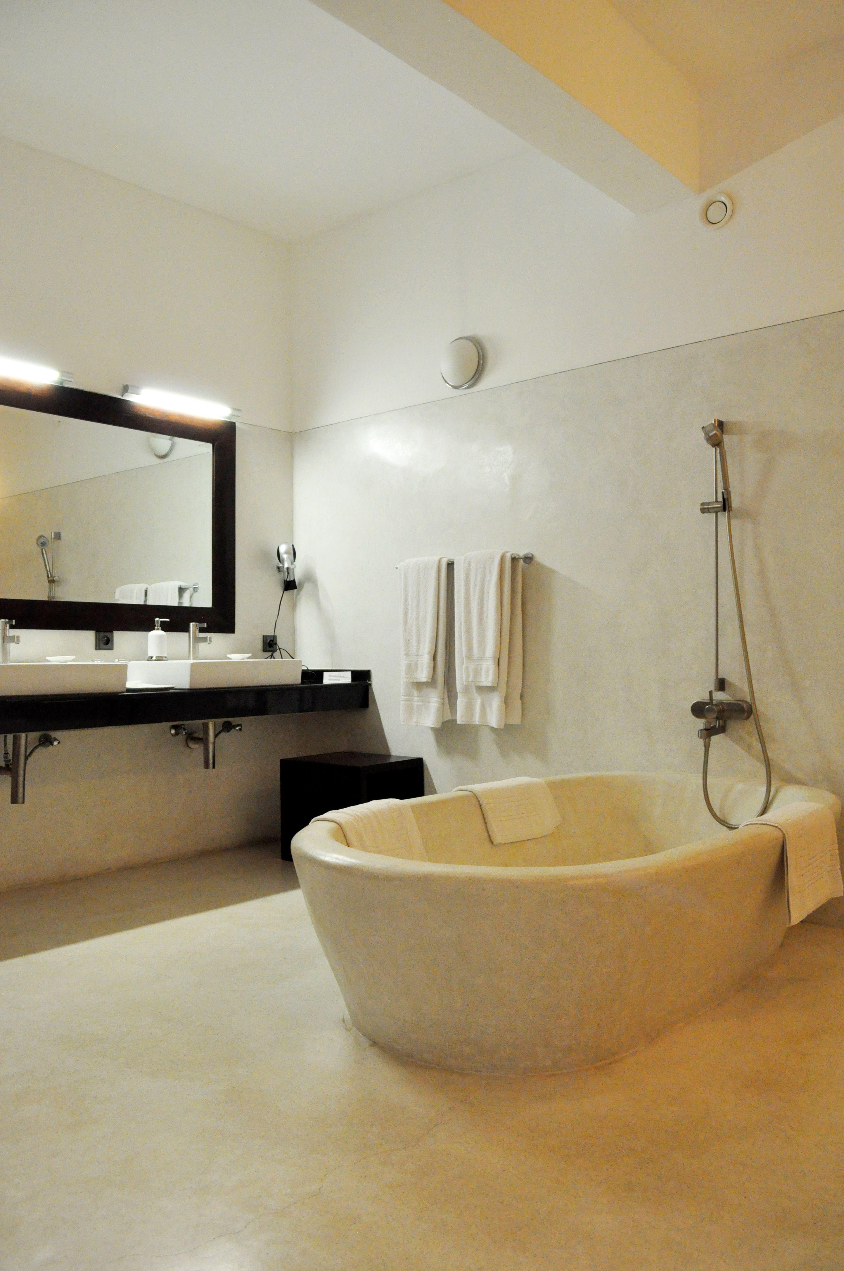 Bathroom Badezimmer Beton Estrich Teakholz Weiss Weligama Bay Resort In Weligama Sri Lanka Www Weligamabayresort Com Leis Design Architekt Raumlichkeiten