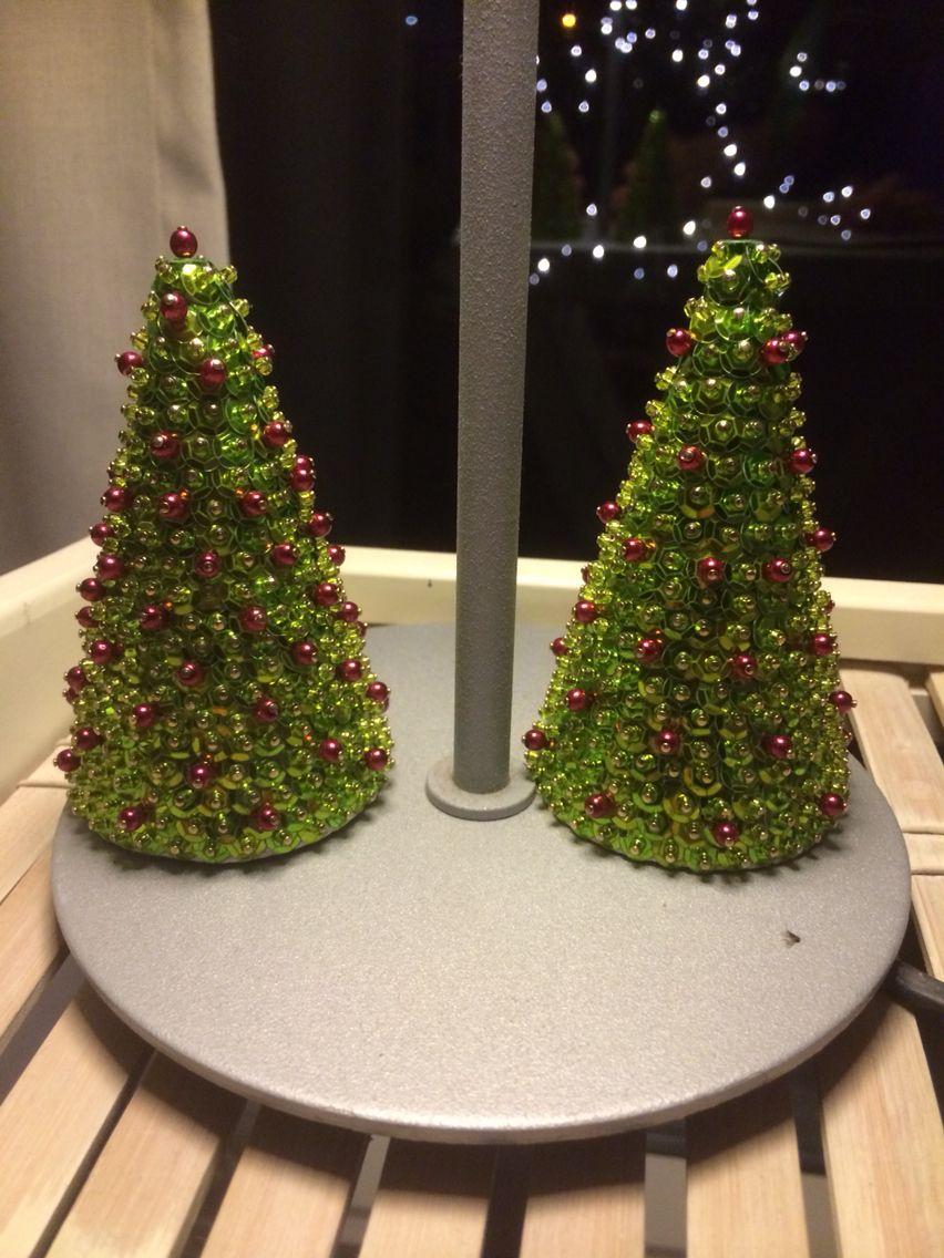 Juletræer lavet af pailletter, små perler og nåle