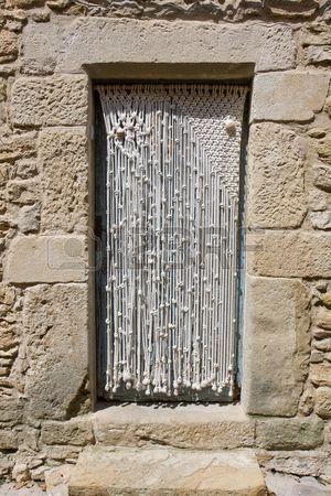 Macrame rideau de porte dans une vieille maison en pierre Banque d'images