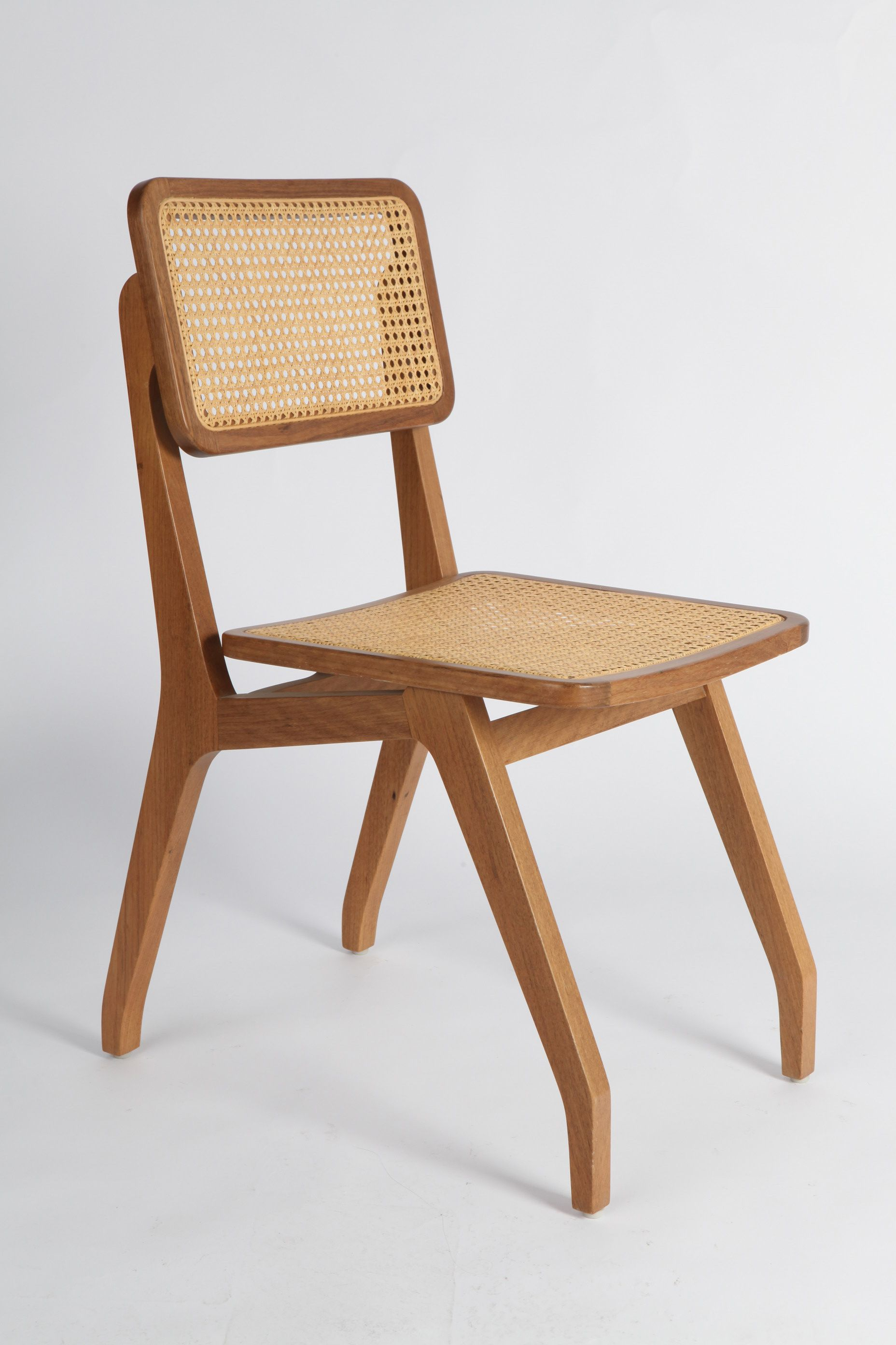 Contemporary reinterpretation of the ancient portuguese chair with straw, much found in Brazil. Designed for dining table, the chair, though lightweight, is extremely resistant.42x82x56cmCatuaba or reforestation Cinamomowoods