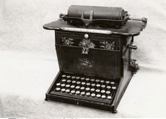 آلة كاتبة الأربعينات Black And White Electronic Products Typewriter