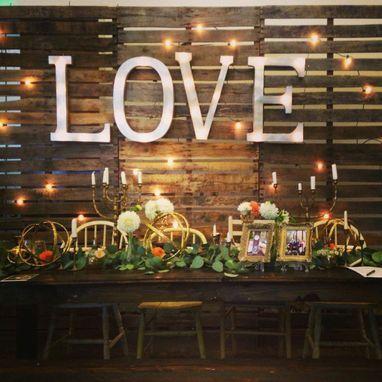 Frase LOVE com luz!  Algo bastante utilizado nos casamentos hoje em dia #letrasecompanhia #decorationideias