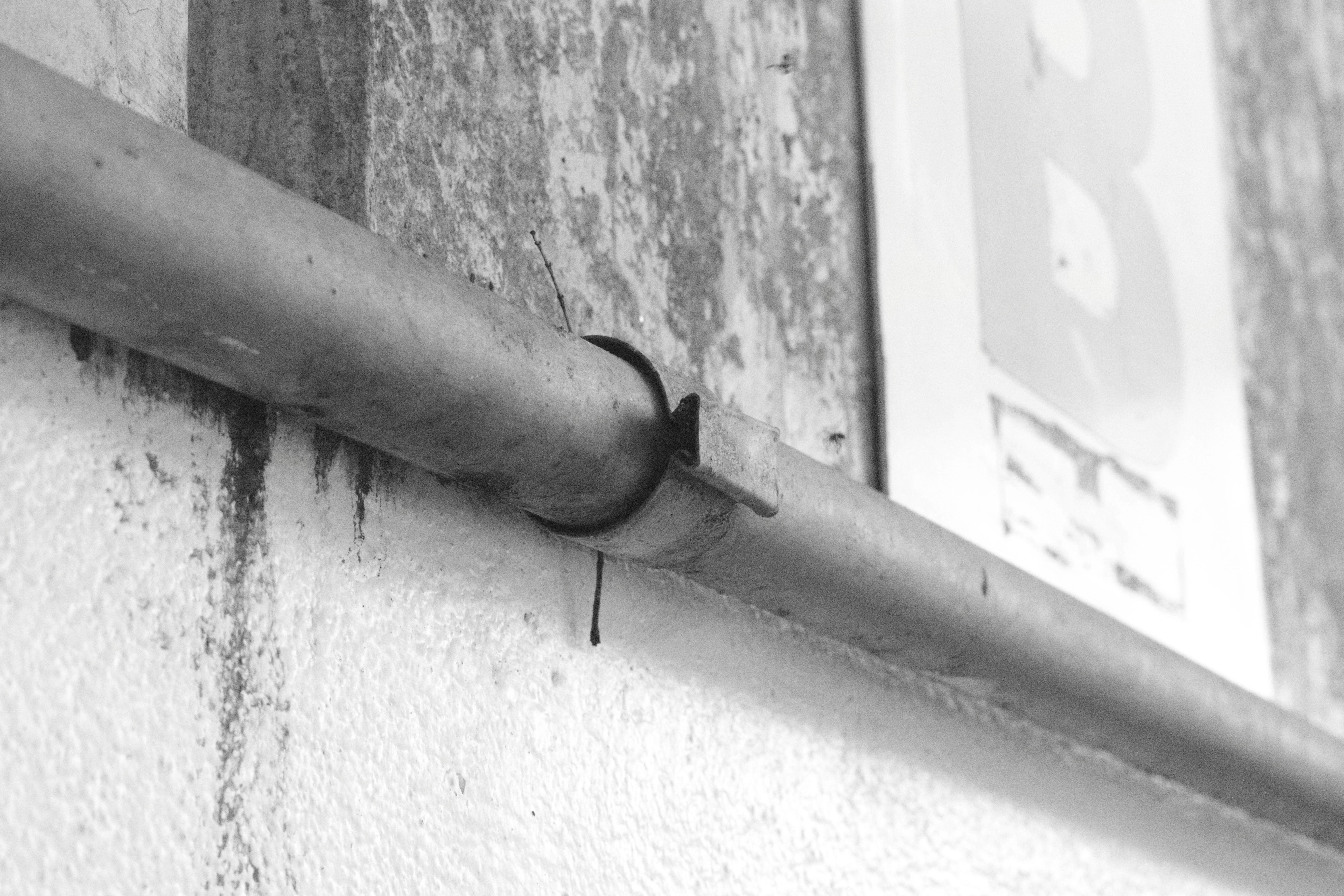 Detalhe arquitetônico - por Luiza Schiavo Belleza, 8C.  A foto mostra um detalhe arquitetônico. Eu estava passando na escola para voltar para a sala e vi o cano. Achei interessante a disposição do cano no espaço e o formato do que prende o cano na parede. É um detalhe pequeno e a primeira vista até insignificante mas, dependendo do ponto de  vista pode se tornar bem legal.