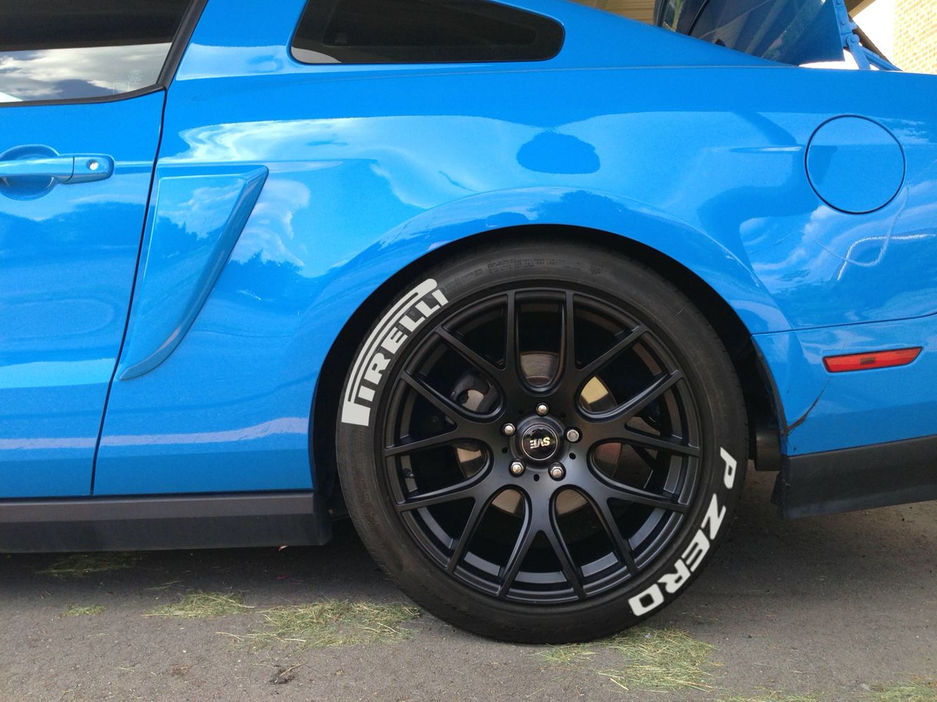 Raised white letter tires on a Mustang | Noelia's new shoes