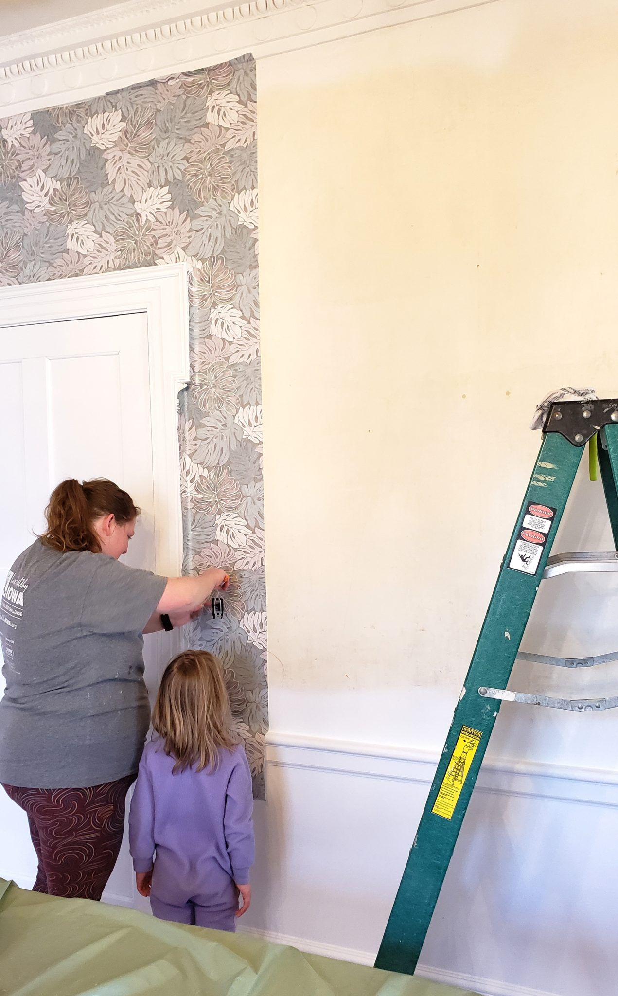 Putting Up Wallpaper With Wallpaper Paste Reality Daydream How To Install Wallpaper How To Apply Wallpaper Wallpaper Paste
