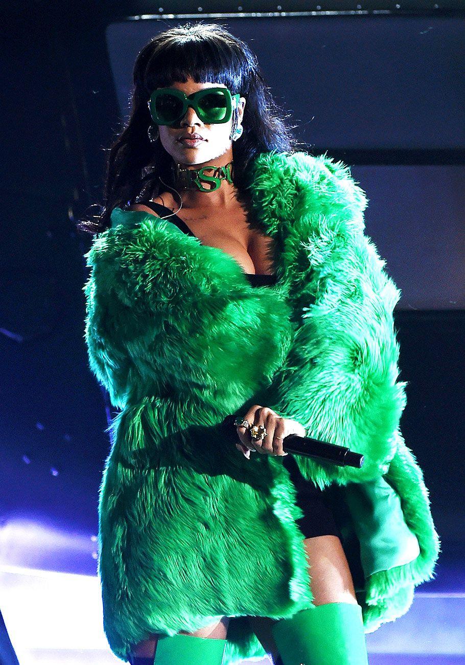 Rihanna act�a sobre el escenario canalizando el look de 1970 en un abrigo verde de piel de Versace