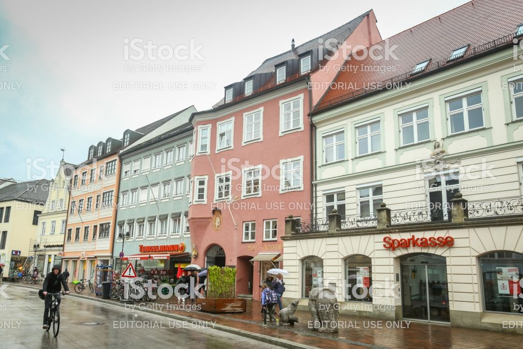 Traditional German Architecture With People Walking In The Street In En 2020 Europa Occidental Alemania Europa
