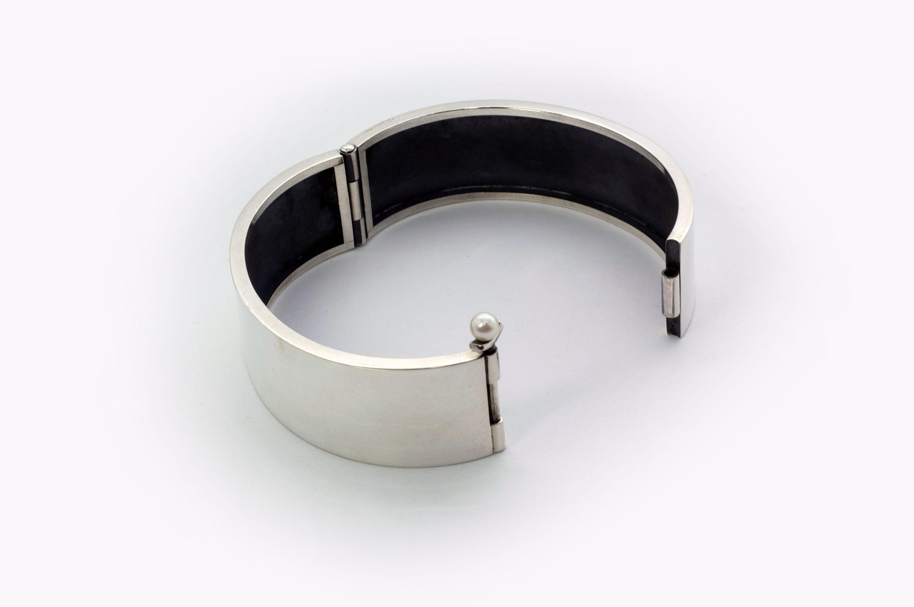 Michelle Kemp Joaillière  Bracelet à goupille et charnière.  Argent sterling 925 et perle de culture.