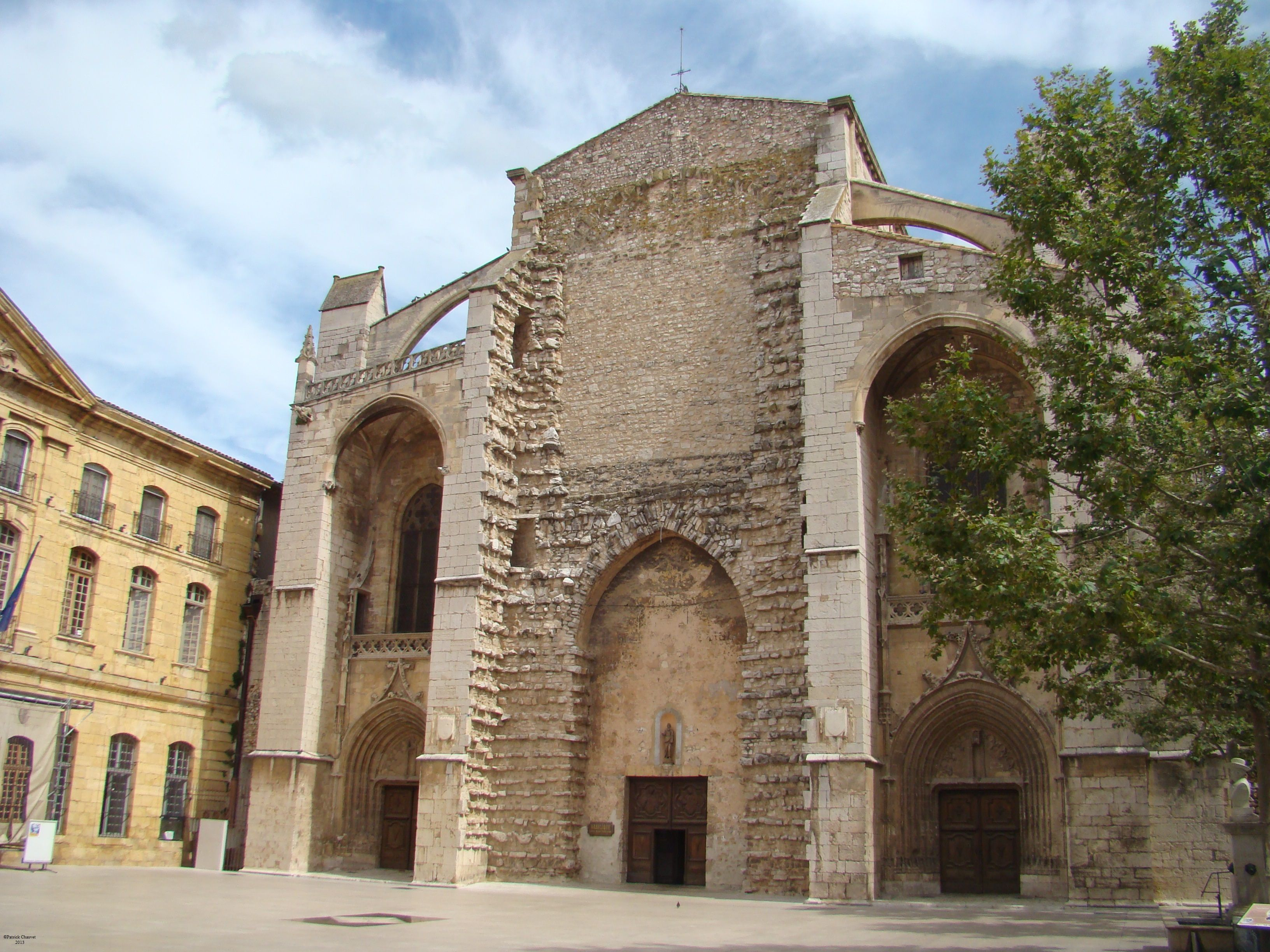 Fa§ade enti¨re de la basilique Sainte Marie Madeleine de Saint
