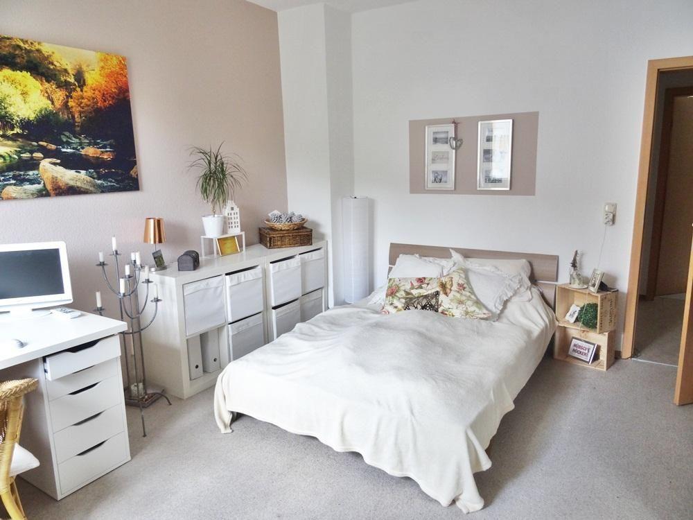 Gem tliche einrichtung mit holzkisten als nachttisch standleuchter und hellen farben sch nes - Zimmer ausmalen farben ...