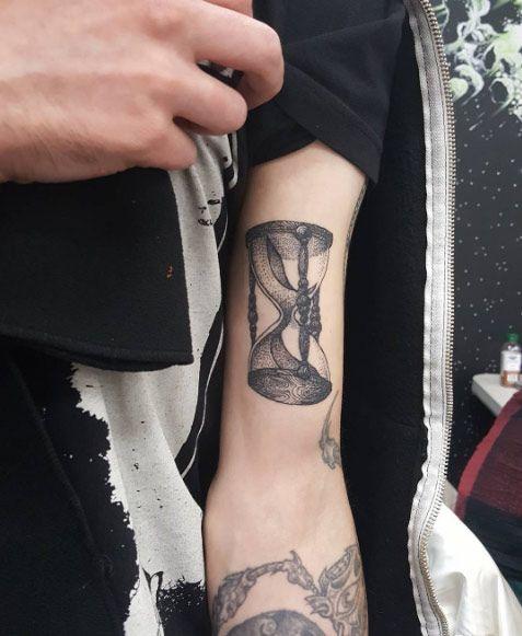 Hourglass Tattoos For Men : hourglass, tattoos, Hourglass, Tattoo, Bicep, Rivera, Tattoo,, Meaning,