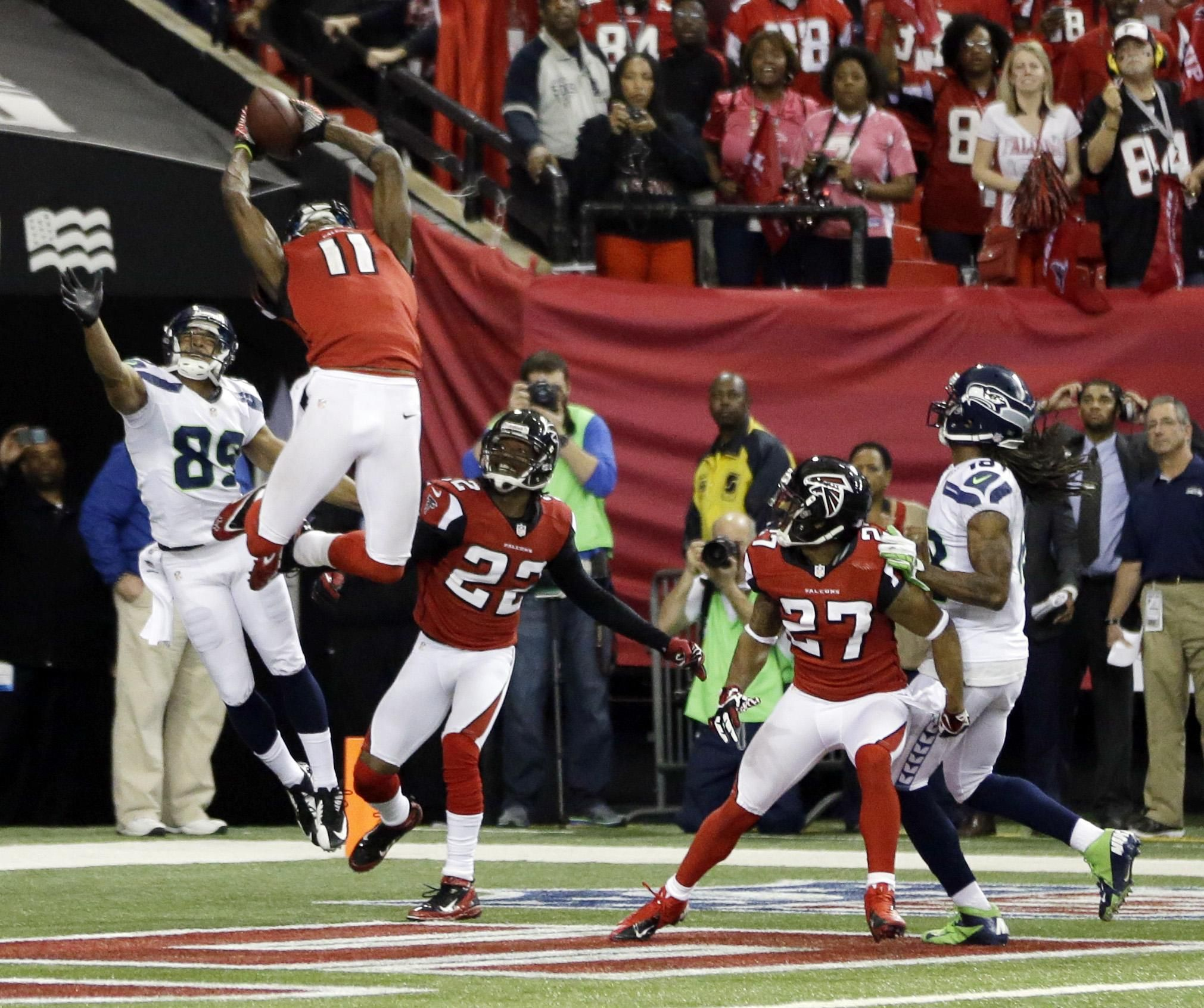 Former University Of Alabama Julio Jones Sealing The Deal For The Atlanta Falcons In The Win Against The S Julio Jones Atlanta Falcons Football Atlanta Falcons