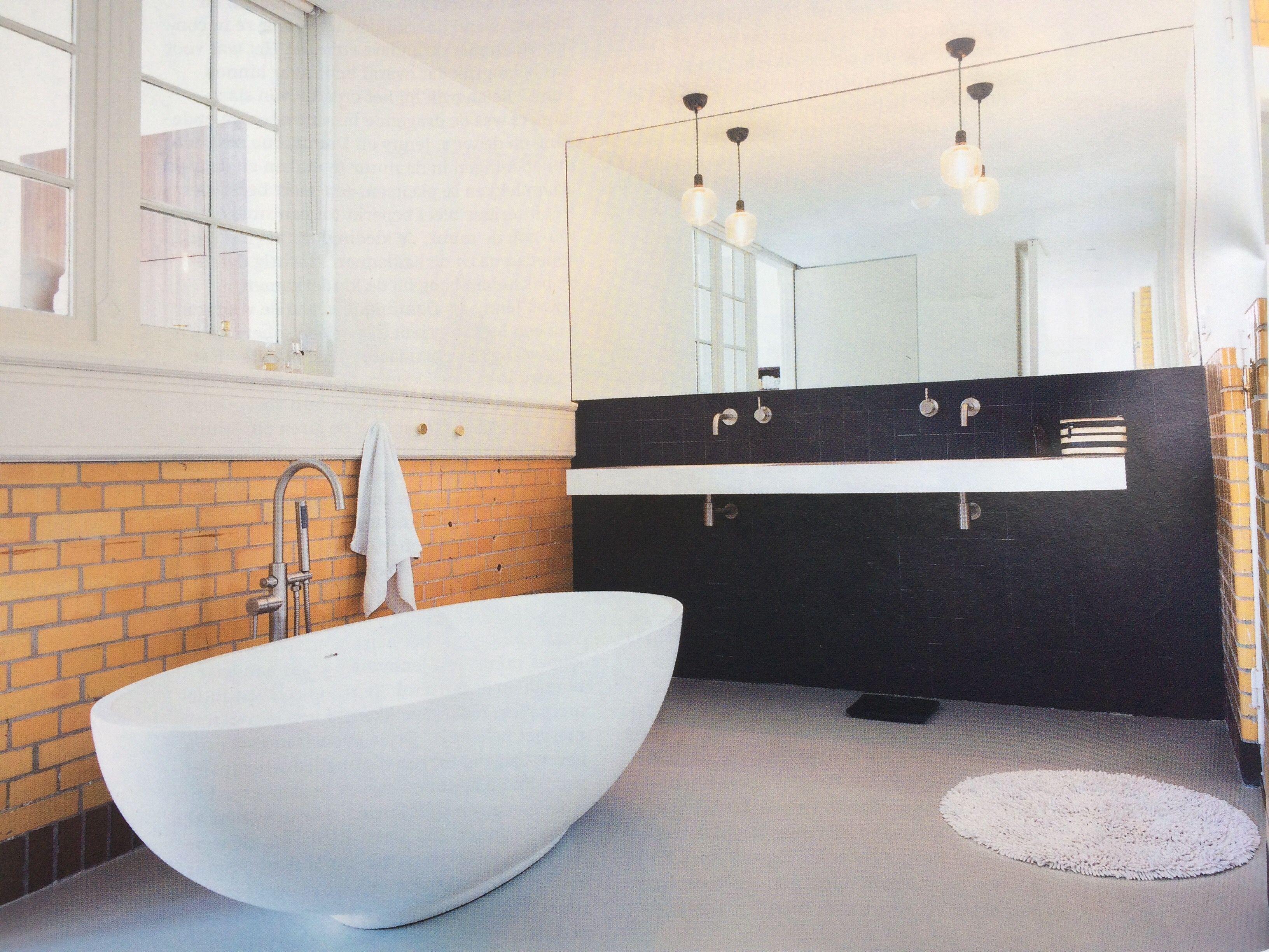 Gele Vloertegels Badkamer : Badkamer met losstaand bad gele vintage muurtegels en zwart