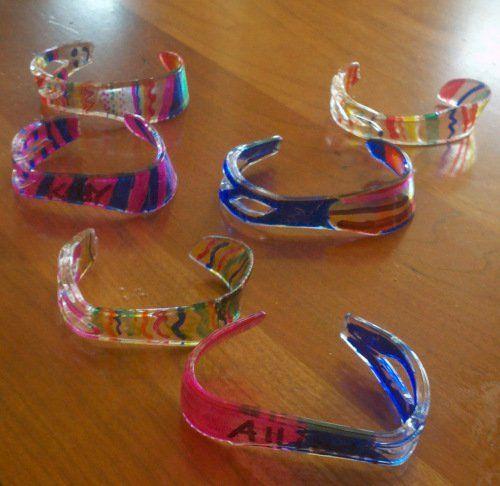 Recyclez les couteaux de plastique pour en faire des bracelets