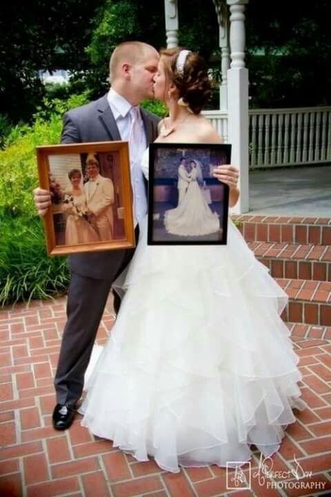 Foto de novios con fotos de padres en boda