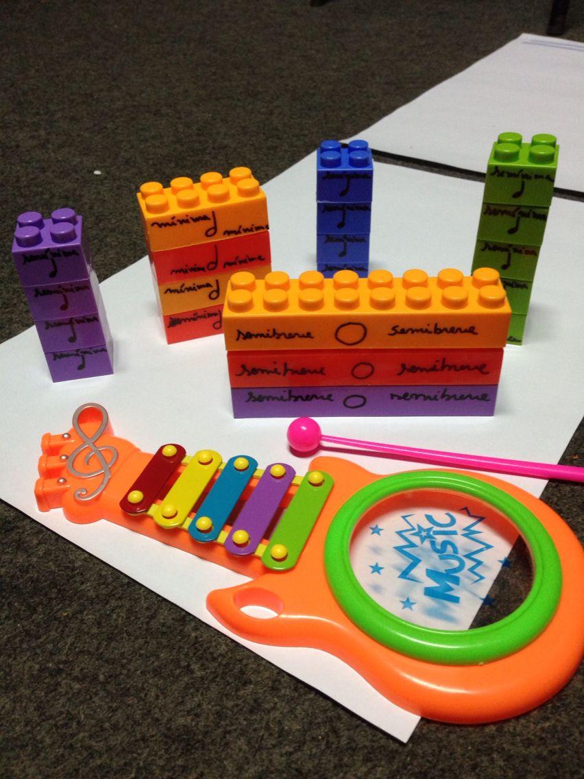 Usando lego para ensinar duraçao. E ainda alturas. Pode se trabalhar transcriçao de partituras e até criaçao de músicas. A cor do lego ainda pode identificar  as notas no xilofone. Atividade muito envolvente para a #educaçaomusical #musicalizaçao #figurasmusicais