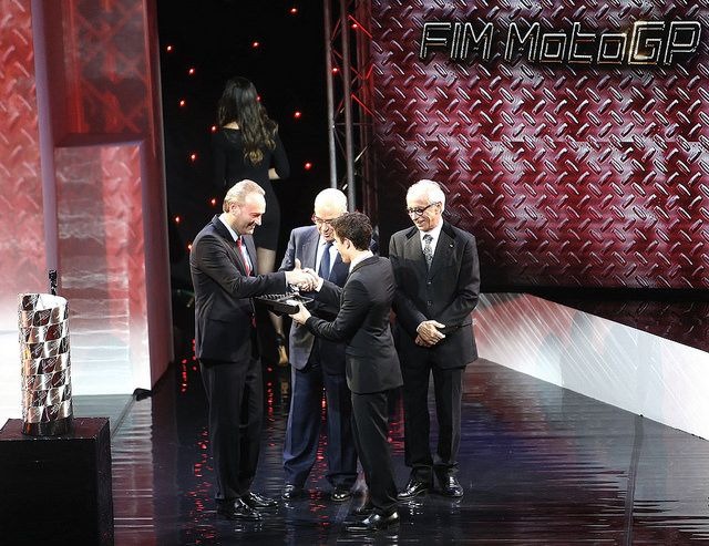 Haciendo entrega de su premio a Marc Márquez en la gala de entrega de los Premios de la Federación Internacional de Motociclismo
