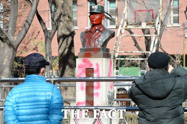 [TF포토] '빨간색 공격' 받은 박정희 전 대통령 흉상