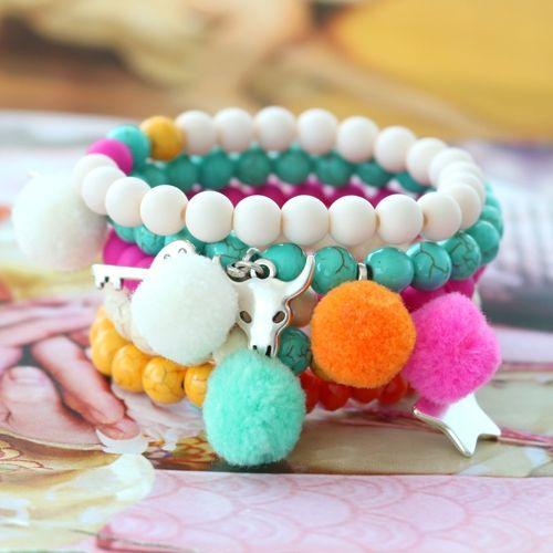 Ja, kombinier trendy Pompom Anhänger mit silbernem Zubehör aus DQ Metall und passenden Perlen für hippe Armbänder und Accessoires!