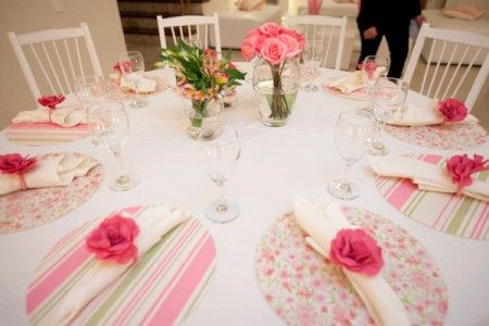 Esquema da mesa dos convidados, flores campestres e um pouco de flores nobres. Sousplat de tecido, eu mesma  to fazendo, ok.  Somente o copo em cima da mesa, nada de pratos ou talheres.  Porta-guardanapo ainda em dúvida.