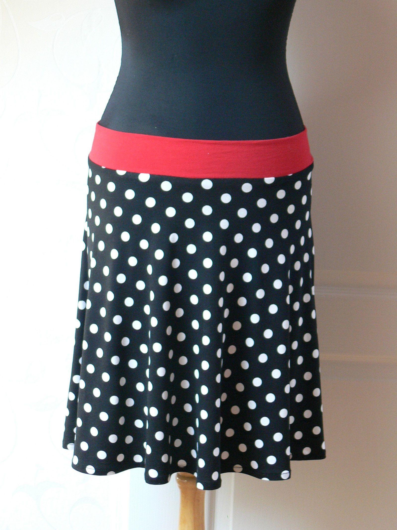 černá sukně s puntíky Sukně je půlkruhová. Zhotovená z úpletu. Složení  95% bb53e2b06b