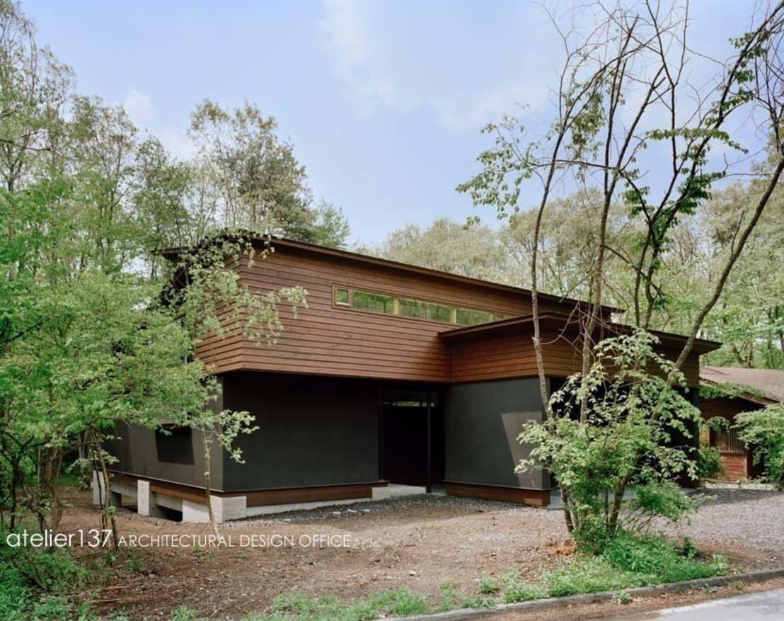 テラスとリビングが一体化した森に佇む家 家の外壁 ホームウェア