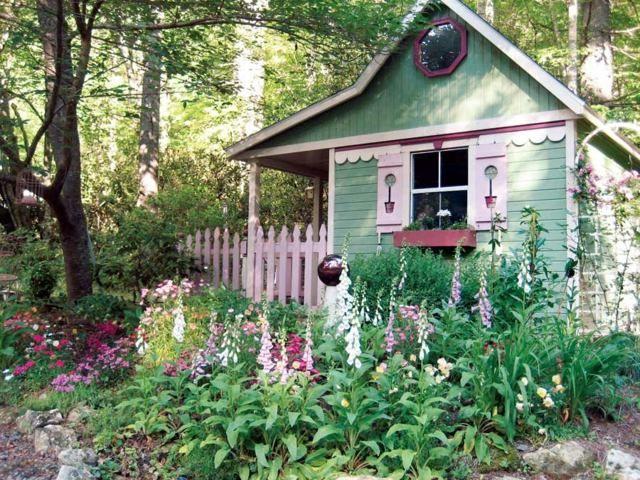 Gartenhaus grün verspielt hohe Frühlingsblumen Fensterrahmen