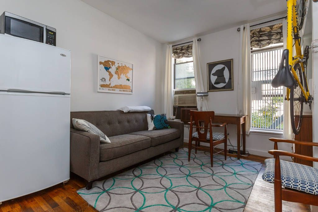 How alli sosna makes her tiny nyc apartment feel huge for Studio apartment solutions