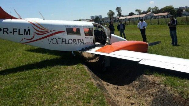 Um avião saiu da pista no aeroporto do Bacacheri, em Curitiba, no final da manhã desta segunda-feira (26Set16)