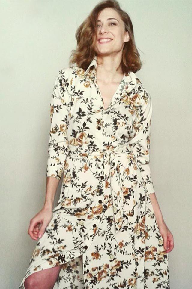 cf581539 Vestido largo camisero de manga larga con estampado de flores beige. tiene  botones de arriba