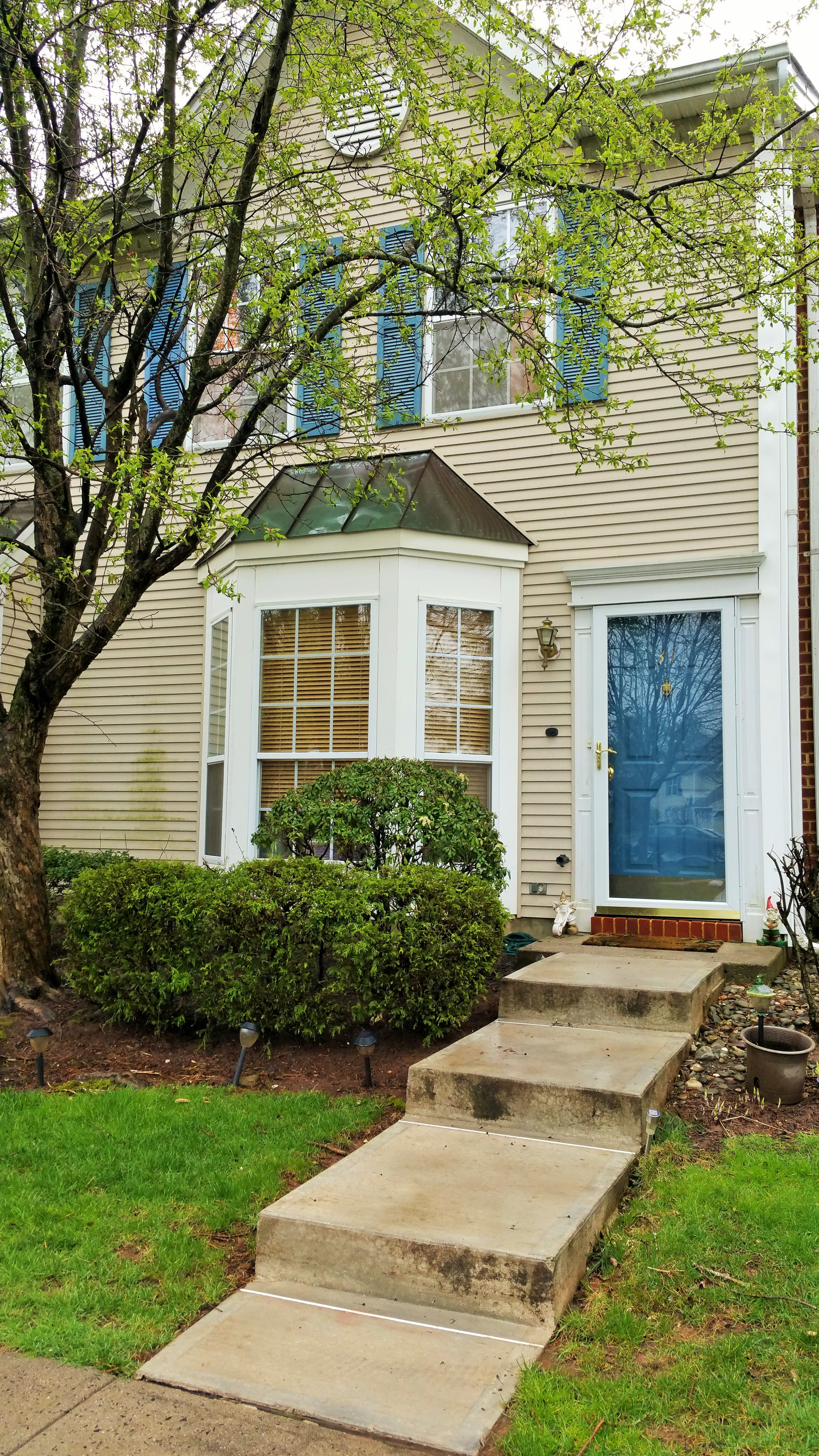 GREAT LOCATION! LOVELY 2 BEDROOM TOWNHOUSE WITH CERAMIC TILE