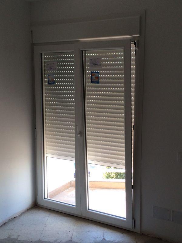 Puerta de terraza en pvc blanco puertas oscilobatientes for Persianas para terrazas