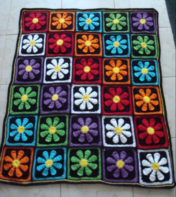 http://www.ravelry.com/projects/SummaMamaT/daisy-flower-crochet-charity-square/slideshow?fullscreen=1&start=11685024