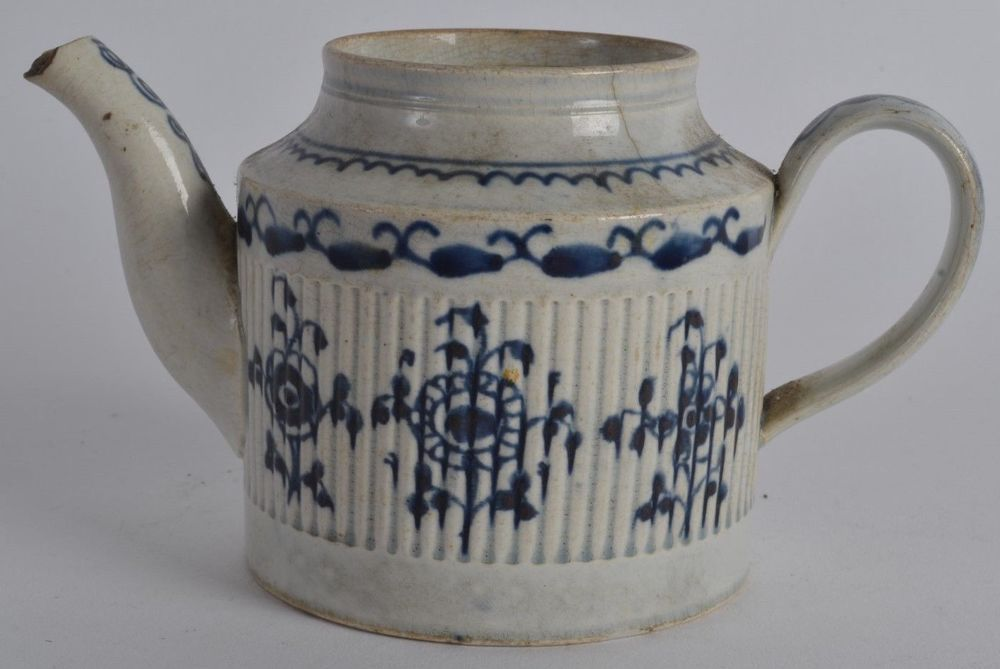 an antique 18th century blue & white pearlware tea pot english pottery teapot |measuring approx. 8 cm high x 14 cm wide spout nick and hairline, generally ok £43