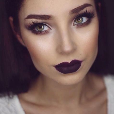 maquillaje con labios oscuros morado