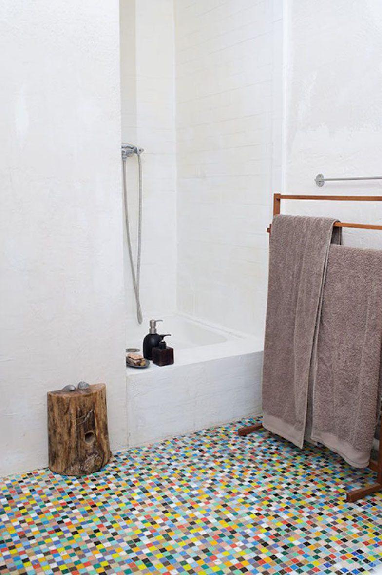 Antes, o banheiro inteiro era ocupado por essas pastilhas coloridas. A diretora de arte francesa Isabelle Rivoire resolveu mantê-las apenas no piso – uma adição divertida que alegra suas manhãs, enquanto escova os dentes.