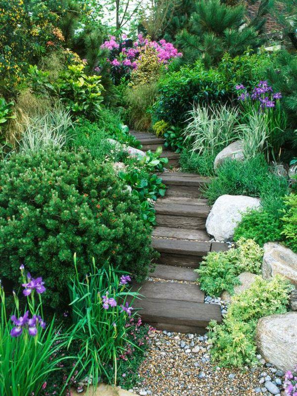 wunderschöner garten mit treppen und grünen pflanzen Green