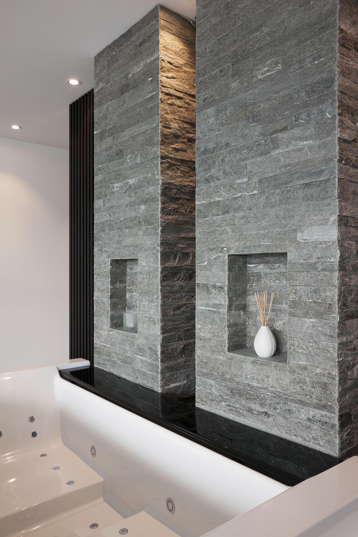 Im Präzisionsmauerwerk (Valser Quarzit, Gespalten) Sind Zwei Nischen Für  Dekorationen Oder Pflegeprodukte Vorhanden