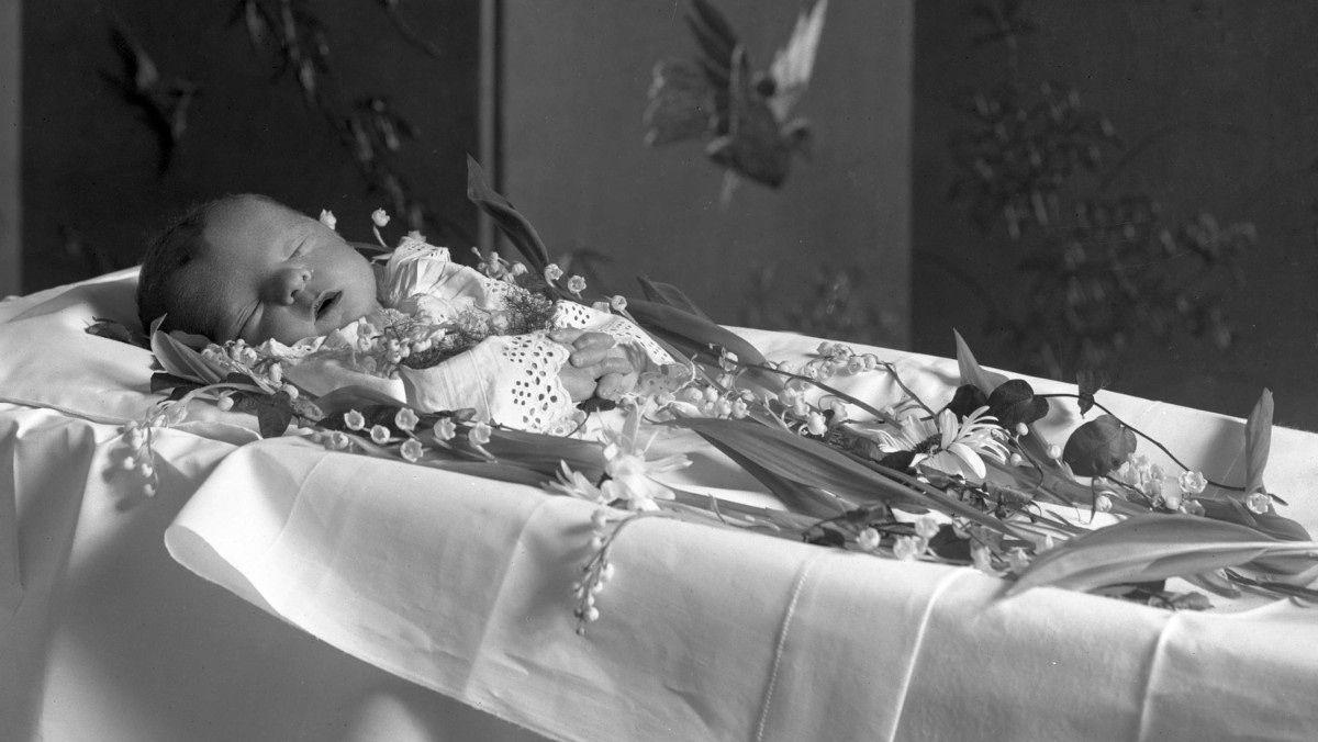 Dødt spebarn - Bilde av et dødt spebarn fra begynnelsen av 1900-tallet. - Foto: Gustav Borgen/Norsk Folkemuseum /