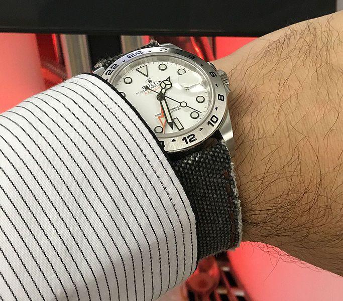 Rolex Explorer II mit weißem Zifferblatt getragen