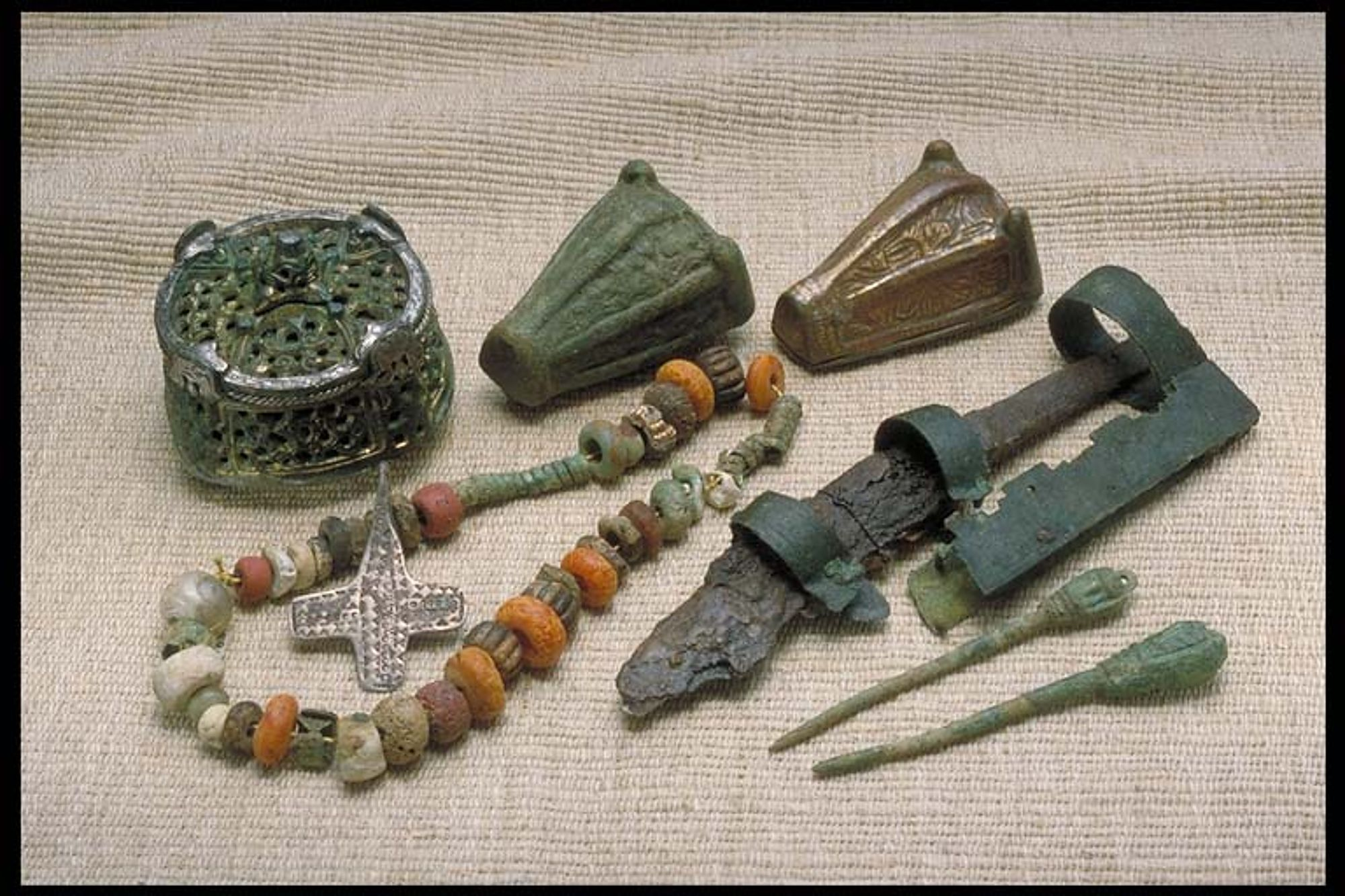 Items From A Viking Era Grave At Gotland Sweden Vikingen Peplos